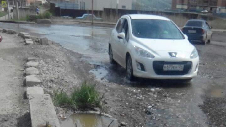Зловонные сточные воды заливают дорогу возле «Снегирей»