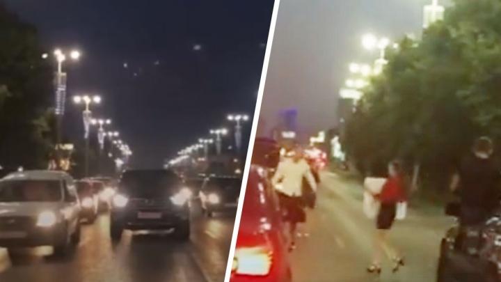 Гаишники оштрафуют всех участников ночной пляски у «черных бумеров» в центре Екатеринбурга