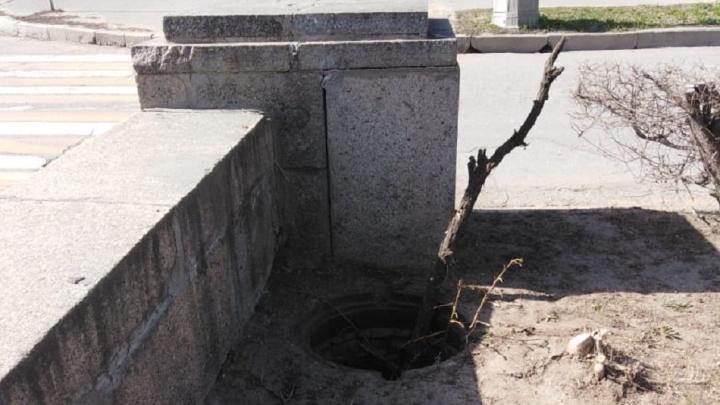 В центре Волгограда жители боятся провалиться в открытый люк
