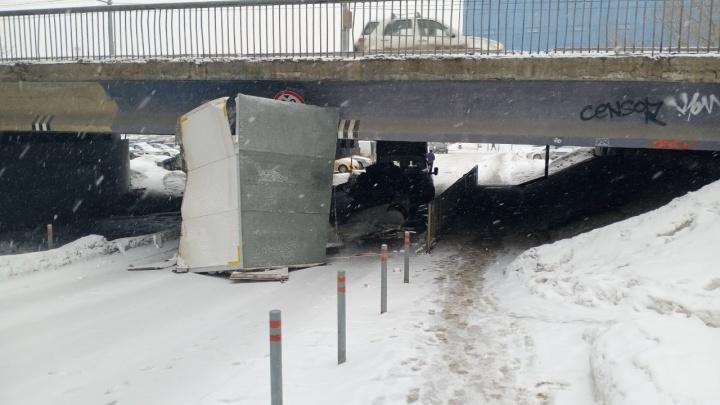 Новая жертва пермского «моста глупости»: у грузовой «Газели» снесло кузов