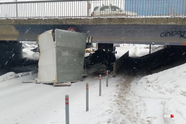 Кузов машины не прошел под мостом