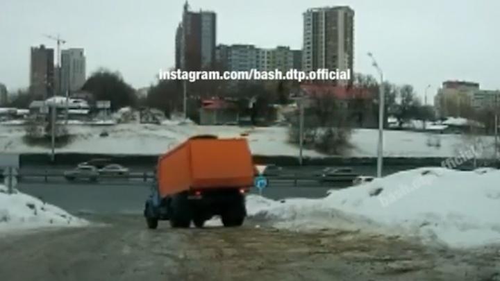 Грузовик, который смог. Уфимцы сняли видео, как большегруз скользит по льду и избегает ДТП