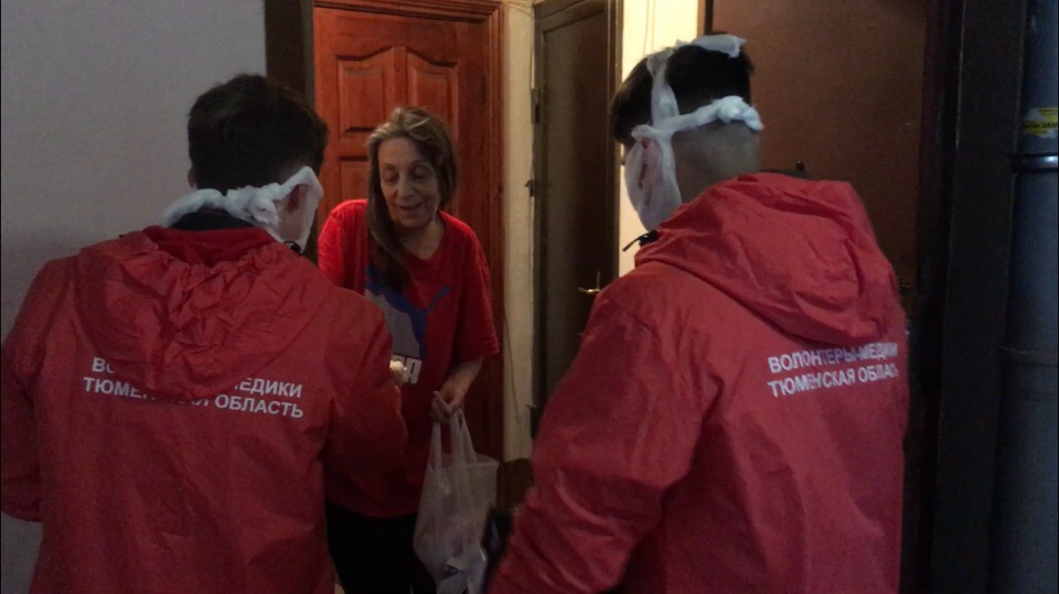 Волонтеры бесплатно доставляют пожилым людям необходимые покупки