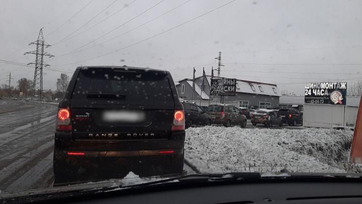 «День жестянщика» в Ярославле: у шиномонтажей выстроились огромные очереди, на дорогах ДТП