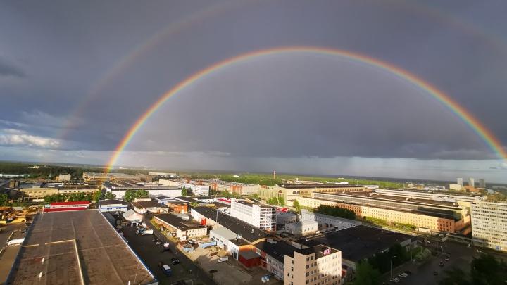 Екатеринбуржцы сняли двойную радугу над городом: публикуем подборку фотографий от читателей Е1.RU