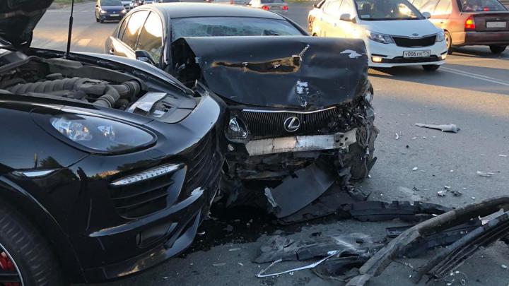 В Челябинске на крупном перекрёстке схлестнулись Lexus и Porsche