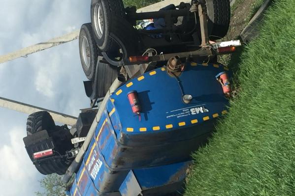 По какой причине грузовик вынесло за пределы дороги, сейчас устанавливают сотрудники ГИБДД