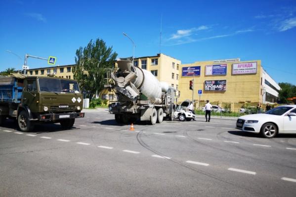 Авария произошла на пересечении шоссе Авиаторов и улицы Лесогорской