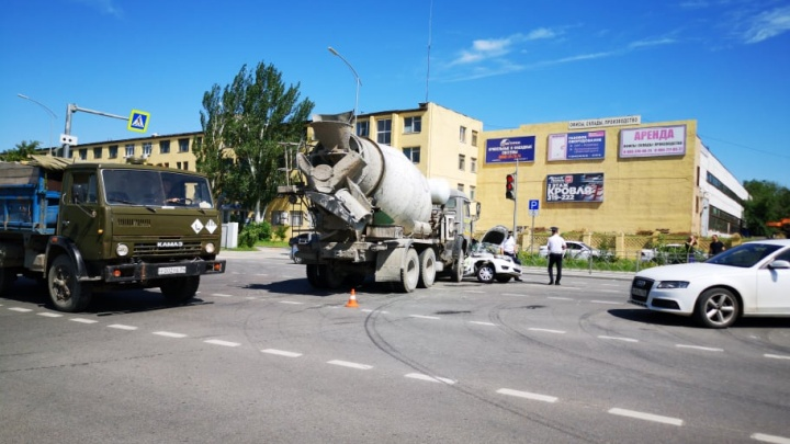 В Волгограде КАМАЗ с бетоном протаранил машину каршеринга