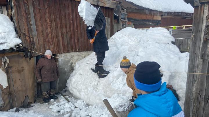 «Была готова отдать все деньги»: борцы на Первомайке убрали горы снега во дворах одиноких стариков