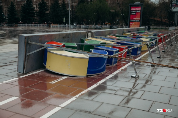 """Один из апрельских ураганов снес <a href=""""https://72.ru/text/gorod/69107443/"""" target=""""_blank"""" class=""""_"""">гигантскую надпись «Счастье»</a> в центре Тюмени, ее уже поставили на место"""