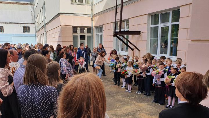 Парты пахнут хлоркой: как начались ковид-линейки в Ярославле