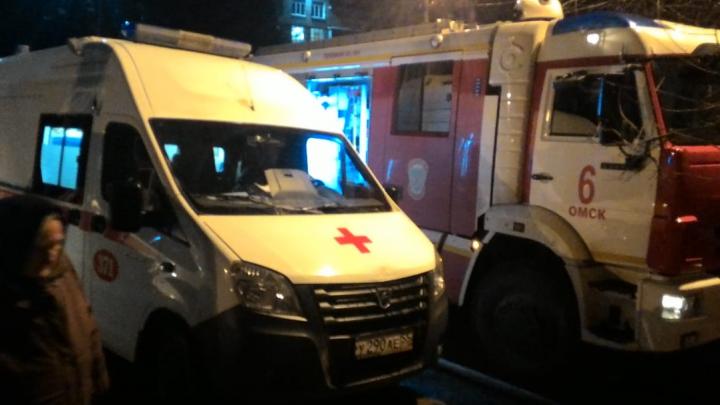 Два человека погибли из-за пожара в Нефтяниках. 72 жильца дома оказались в полночь на улице