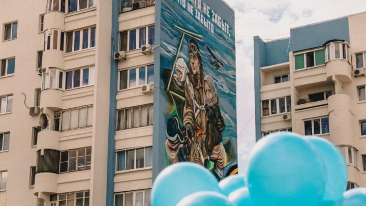 «Он горел, но спас нас»: история летчика, портретом которого украсили дом в Самаре