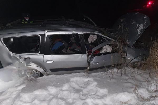 Машину вынесло в сугроб