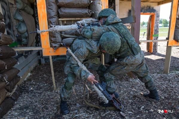 За каждый день, проведённый вдали от службы, солдаты платили своему командиру по 500 рублей