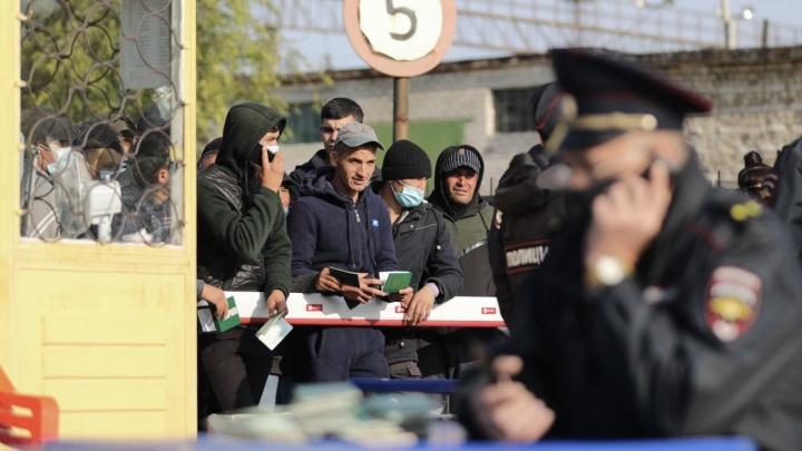 У шлагбаума начинается давка: на вокзале Волжского собирается все больше граждан Узбекистана