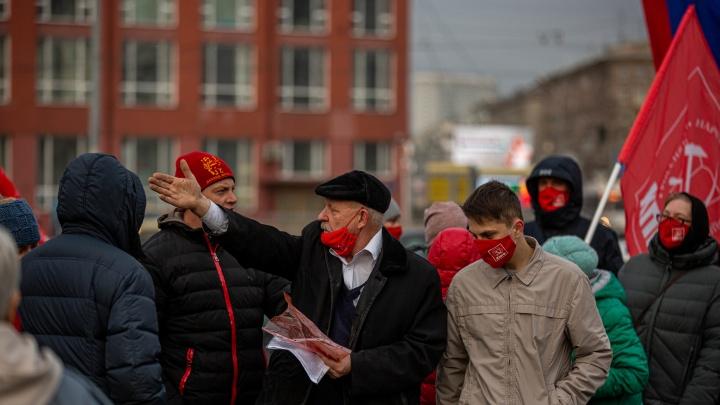 Новосибирские коммунисты собрались на площади Ленина, чтобы отпраздновать День революции — 10 фото толпы