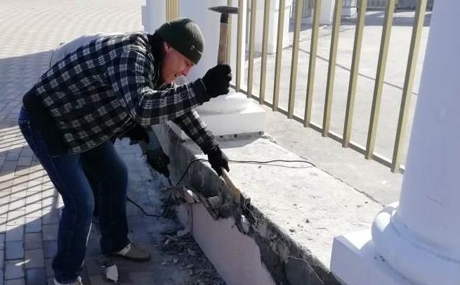 «Работаем с понедельника»: в Волгограде по гарантии ремонтируют входную группу парка Гагарина