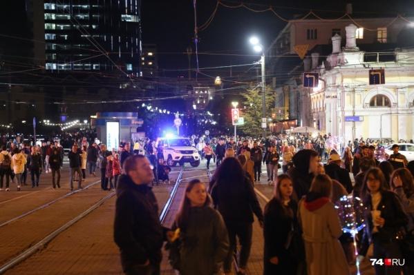 В День города, когда улицы перекрыты для салюта, челябинцы гуляют по широким проспектам