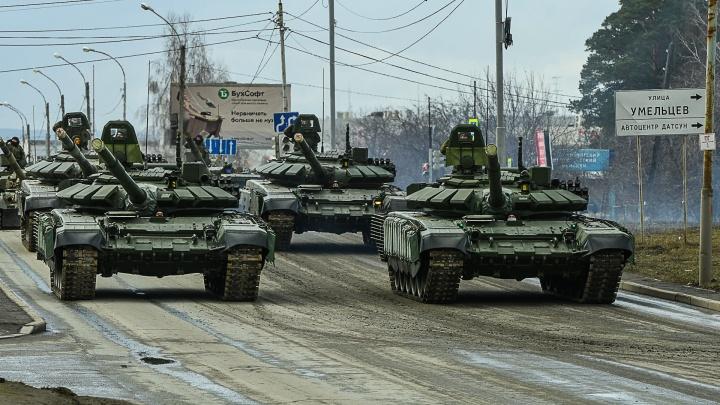 Почему репетиции парада Победы в Екатеринбурге не отменяют? Отвечают военные эксперты