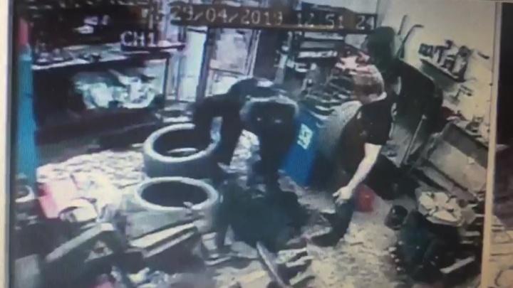 В Екатеринбурге полицейский задержал мужчину, избившего его жену, а в итоге стал фигурантом уголовного дела