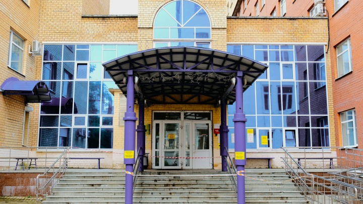 Вспышка коронавируса в хирургическом корпусе Пермской краевой больницы. Что говорят сотрудники?