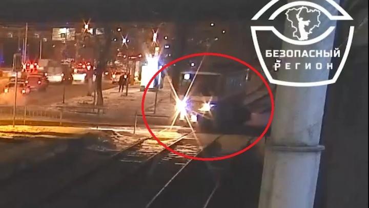 В Волгограде пассажиры сами убрали с пути врезавшуюся в трамвай машину