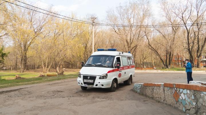 В Калачинской ЦРБ, где выявлен коронавирус, пациент упал из окна и умер