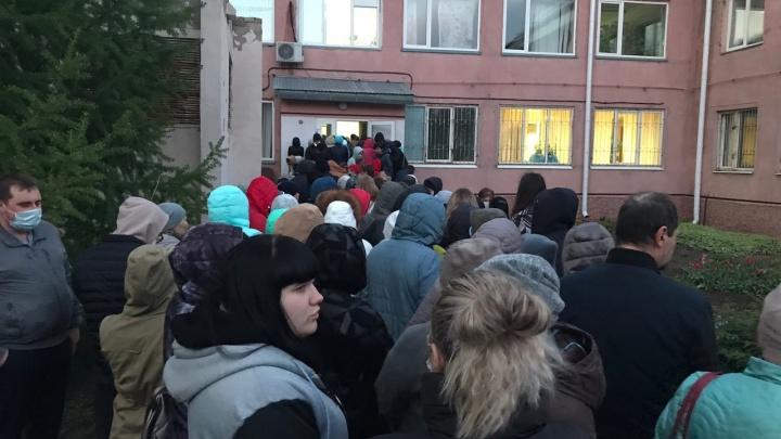 Медики больницы имени Кабанова выстроились в очередь, чтобы сдать анализ на коронавирус