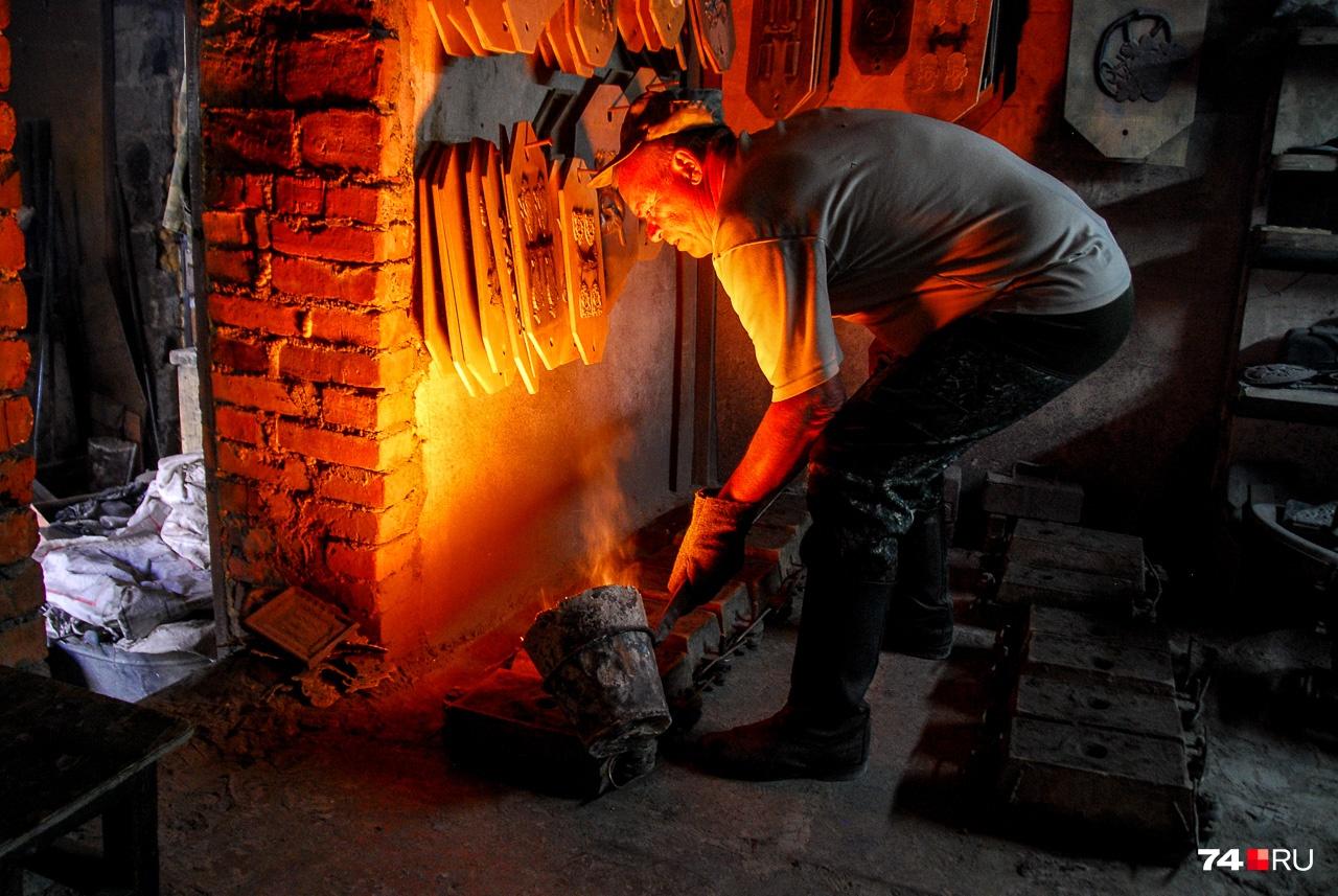 Сергей Катышев, бывший сотрудник Каслинского завода художественного литья. Теперь он сам себе литейщик