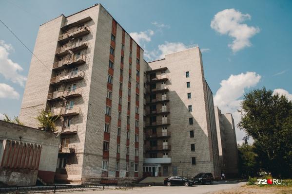 Даже общежитий ТИУ, которые разрешают расселиться студентам ТюмГУ, не хватает