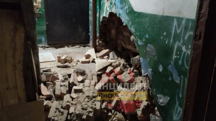 В подъезде дома в Нефтяниках обрушилась стена