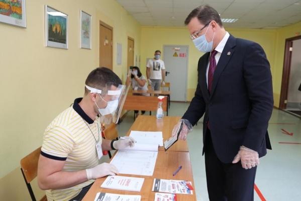 Дмитрий Азаров проголосовал в своей школе