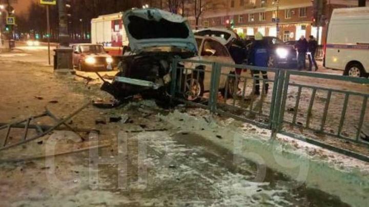 На Комсомольском проспекте в Перми столкнулись такси и иномарка: пострадал ребенок