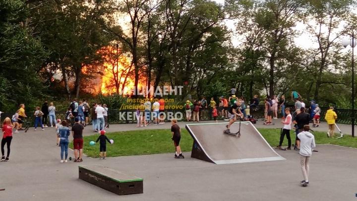 В МЧС рассказали подробности пожара около набережной в Кемерово