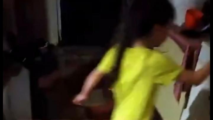 Стало известно, что грозит участникам семейной разборки, из-за которой маленькая девочка схватилась за нож