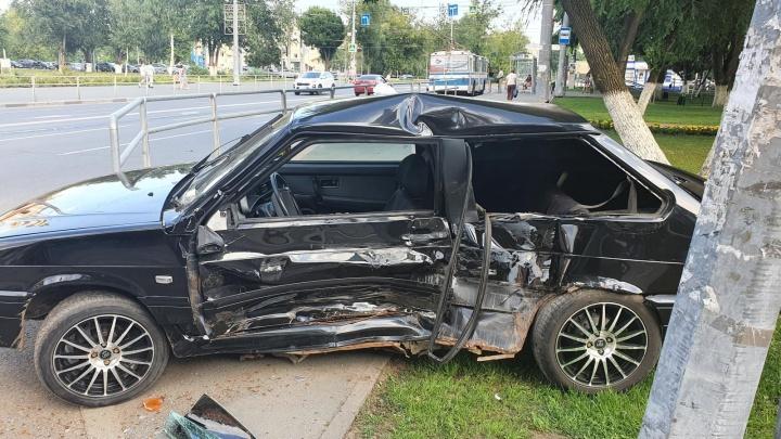 На Московском шоссе «буханка» вытолкнула легковушку на газон