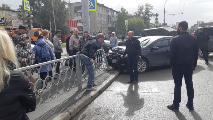 На проспекте Космонавтов очевидцы задержали водителя, который врезался в отбойник и хотел сбежать