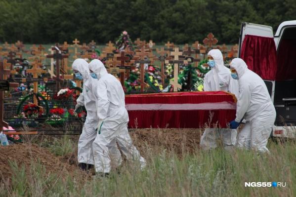 Умерших с коронавирусом хоронит бригада в защитных костюмах