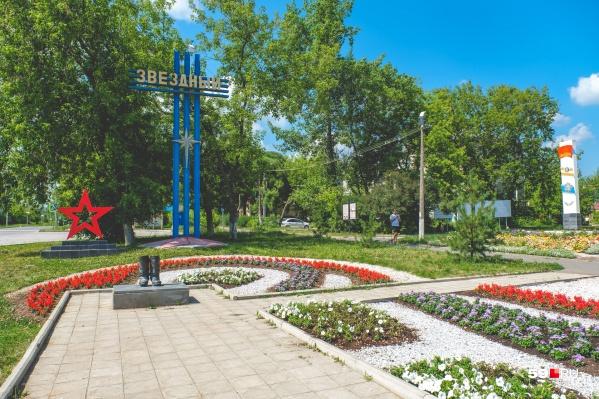 На въезде в городок установлен памятник кирзовым солдатским сапогам