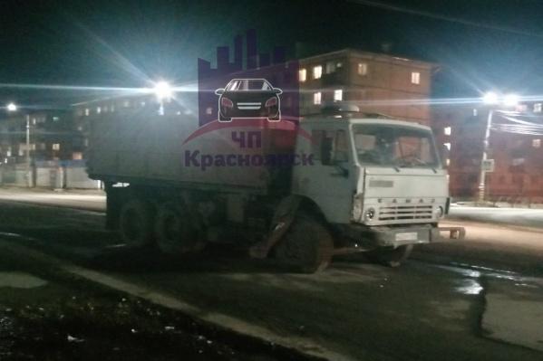 Машины на парковке пострадали от удара этого грузовика<br>