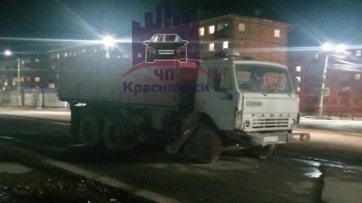 Водитель КАМАЗа протаранил десять машин на парковке