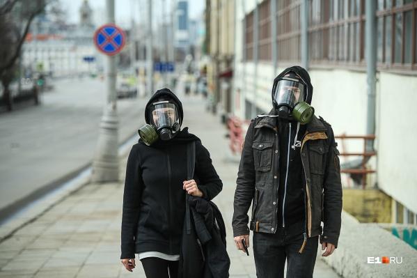 Во время пандемии все защищаются как могут, противогаз тоже вариант