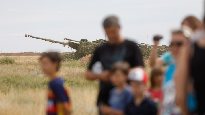 «Сотни машин на всех дорогах»: волгоградцев испугало обилие военной техники на трассах региона