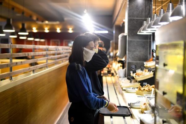 В кафе и ресторанах Югры всё еще обязаны соблюдать антиковидные меры