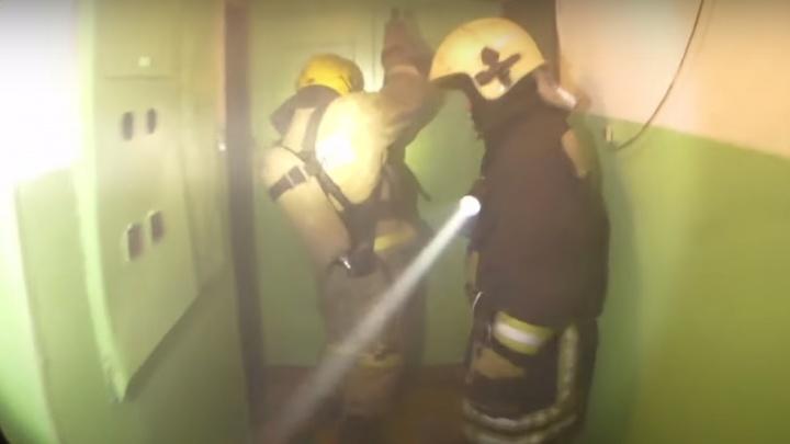 «Погасить не можете или че?»: в Омске жильцы горящей многоэтажки пригрозили пожарным полицией