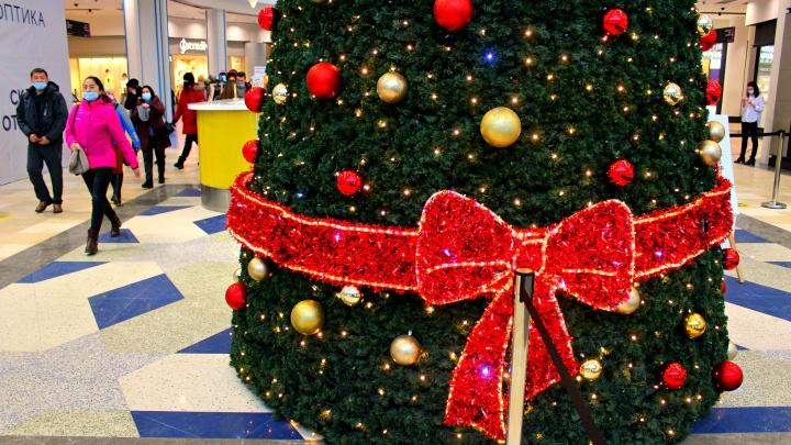 Елки, несмотря ни на что: как магазины готовятся к Новому году — фоторепортаж из торговых центров