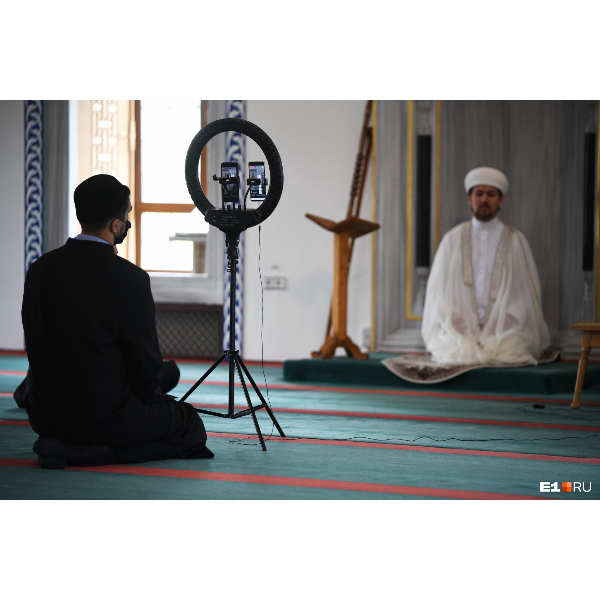 Поздравлять друг друга мусульмане сегодня тоже будут по видеосвязи