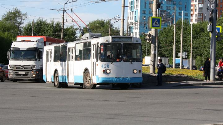 На Уралмаше из-за ремонта труб поменяют схему движения троллейбусов